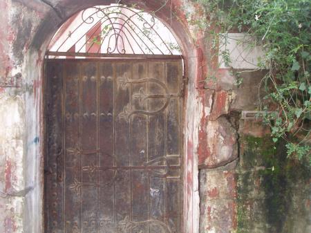 Porte d'une villa abandonnée au Charf